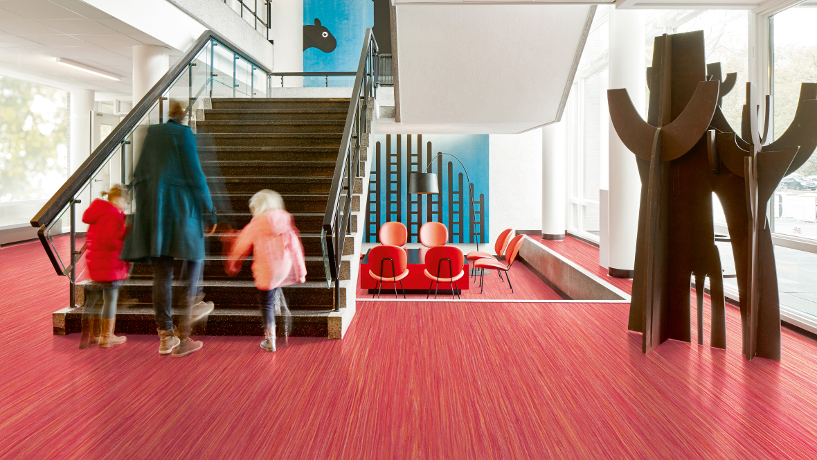 1180x664_Marmoleum_Striato_Colour_5242_red_roses_lobby_stairs